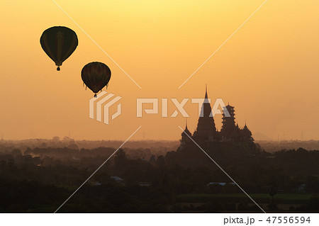 Hot air balloon flying over Wat Tham Sua 47556594