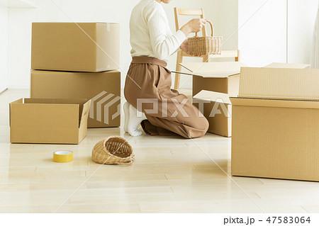 引越作業の女性 47583064