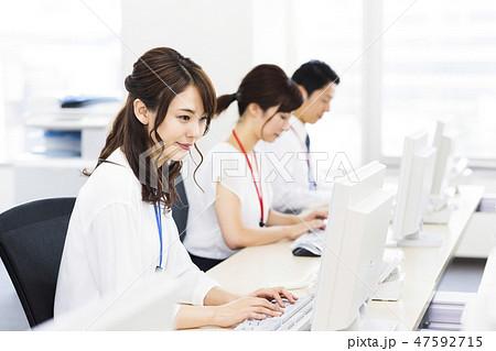 ビジネス 女性 チーム オフィス ビジネスウーマン 47592715