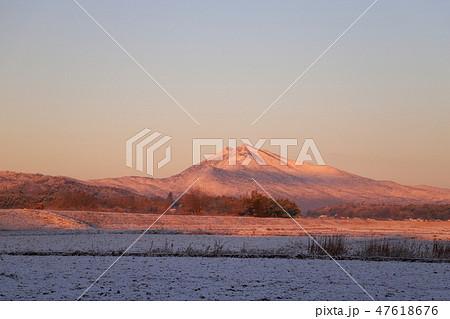 朝日に輝く銀色の筑波山 47618676