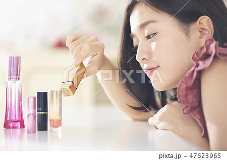 メイクをする女性 47623965