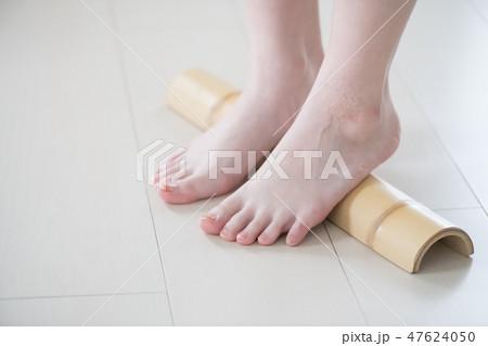青竹踏みをする若い日本人女性 47624050