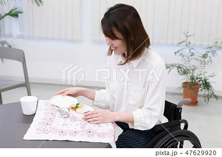 日本ユニバーサルマナー協会監修素材 ビジネスシーン車椅子 47629920