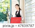 レストラン ウェイトレス 若い女性の写真 47639787