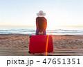 旅行 スーツケース 女性の写真 47651351