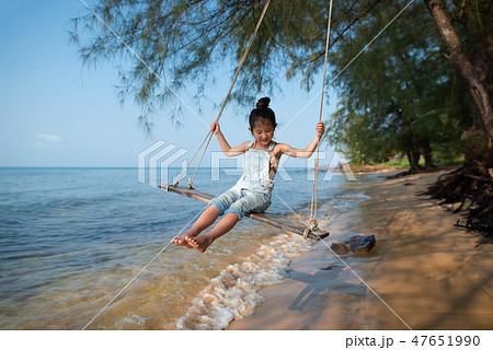 ビーチでブランコに乗る女の子 47651990