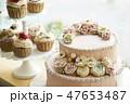バラのデコレーションケーキとカップケーキ 47653487