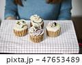 カップケーキを持つ女性 47653489