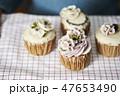 カップケーキを持つ女性 47653490