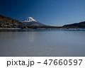 富士山と凍結した精進湖 47660597