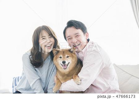 夫婦と柴犬のポートレート 47666173