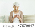 女性 シニア 携帯電話の写真 47670047