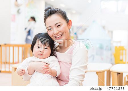 保育士、保育園、笑顔、赤ちゃん、抱っこ 47721873