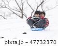 兄弟 雪遊び ソリ ソリ滑り 冬 47732370