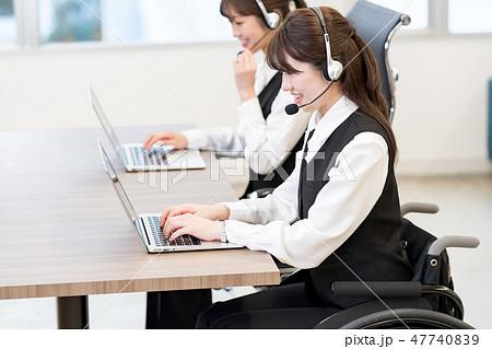 【日本ユニバーサルマナー協会監修素材】ビジネスウーマン、オペレーター、車椅子 47740839