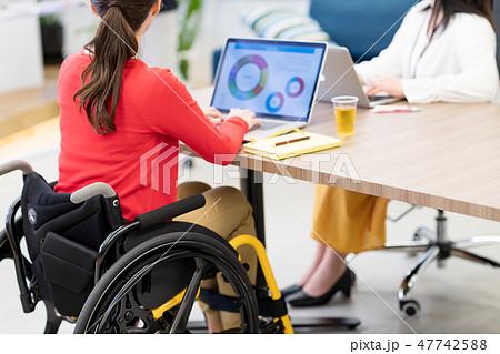 【日本ユニバーサルマナー協会監修素材】ビジネスウーマン、オフィス、車椅子、ミーティング 47742588