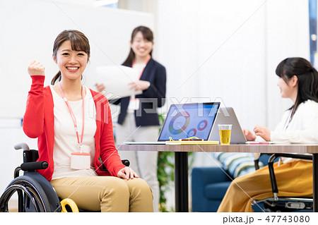 【日本ユニバーサルマナー協会監修素材】ビジネスウーマン、オフィス、車椅子、ミーティング 47743080