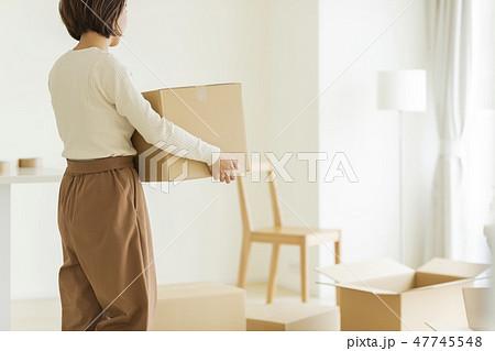 引越作業の女性 47745548