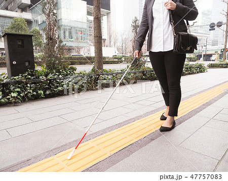 点字ブロックを歩く視覚障害者のビジネスウーマン 47757083