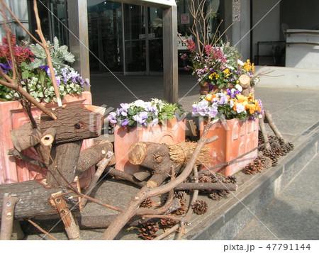 木材の子トナカイと子イノシシのオブジェ 47791144