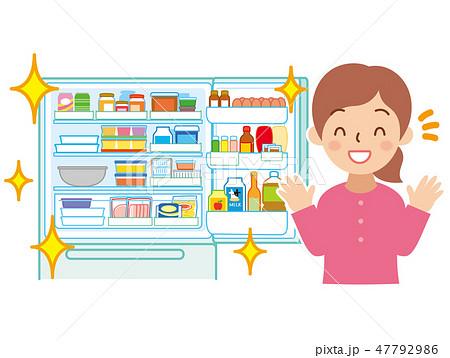 整頓された冷蔵庫と笑顔の女性 47792986