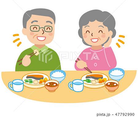 食事をする年配の男女 47792990