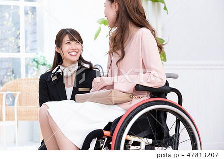 日本ユニバーサルマナー協会監修素材 ホテルスタッフ 47813207