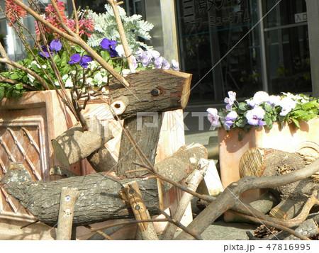 木材の子トナカイと子イノシシのオブジェ 47816995