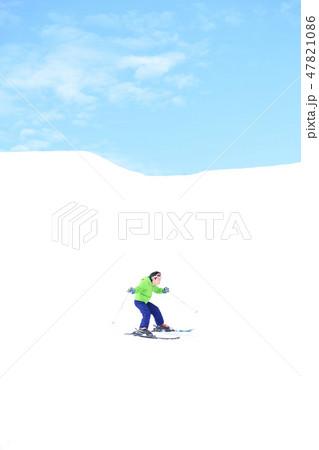 スキーを楽しむ子供 47821086