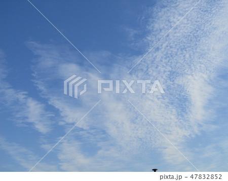 冬の青空と白い雲 47832852