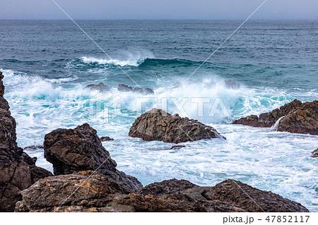 若狭湾越前 冬の海の荒波 47852117