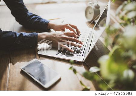 パソコンで作業をする女性 47855992