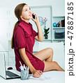 女の人 女性 座っているの写真 47887185