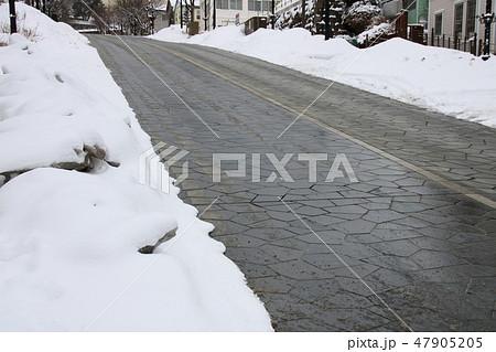 北海道函館市「八幡坂」。ロードヒーティングにより車道に積雪がない。 47905205
