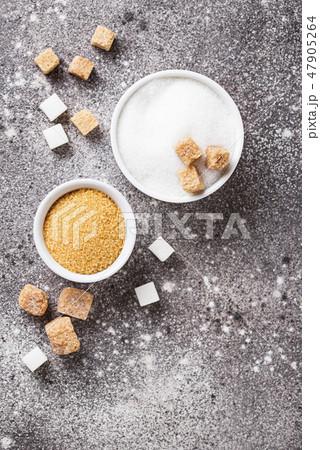 White and brown cane sugar 47905264