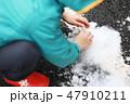 雪を触る子供 47910211