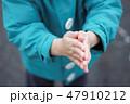 寒くて手が悴む子供 47910212