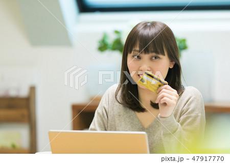 クレジットカード番号を入力する女性 47917770