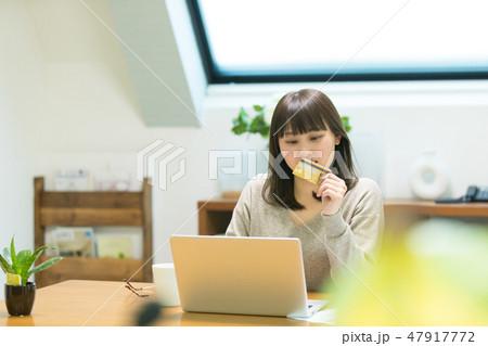 クレジットカード番号を入力する女性 47917772