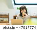 女性 ノートパソコン PCの写真 47917774