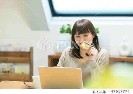 クレジットカード番号を入力する女性 47917774