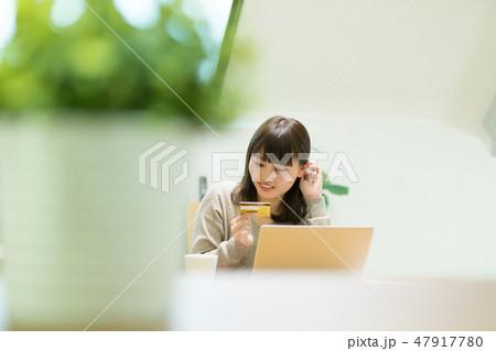 クレジットカード番号を入力する女性 47917780