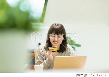 クレジットカード番号を入力する女性 47917785