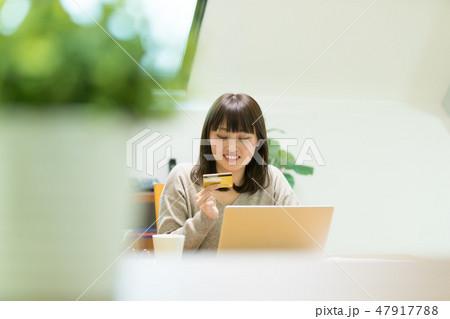 クレジットカード番号を入力する女性 47917788