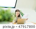 電話 女性 ノートパソコンの写真 47917800