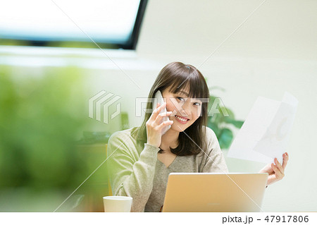 電話をかける女性 47917806