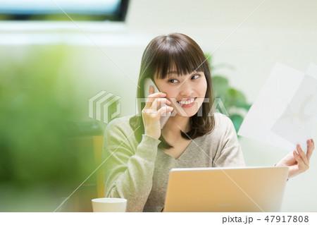 電話をかける女性 47917808