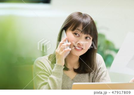 電話をかける女性 47917809
