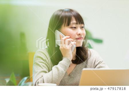 電話をかける女性 47917818