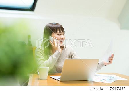 電話をかける女性 47917835